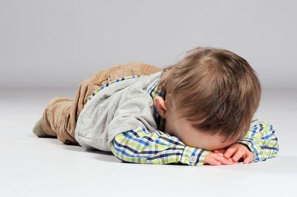 Ребенок лежащий на полу
