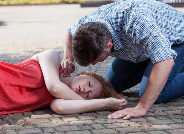 Лежащая девушка без сознания