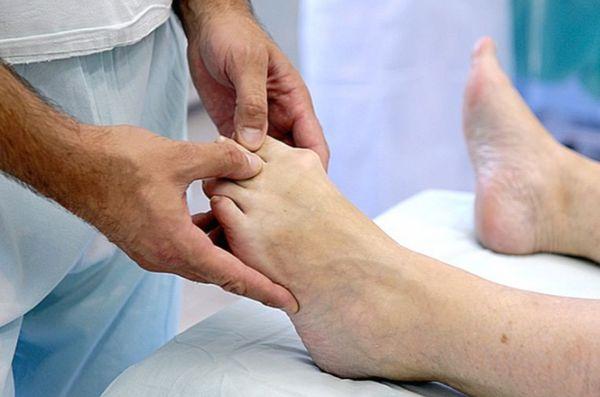 Осмотр пальцев ноги