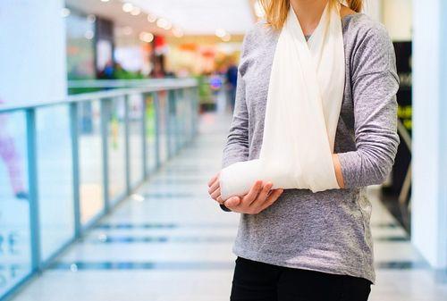 Девушка с переломом руки
